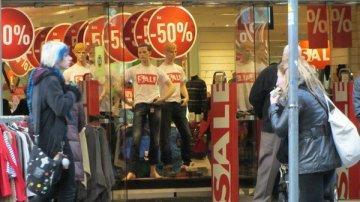 Снижение доходов россиян вынудило сети заранее начать распродажи